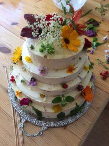 Fünfstöckige Torte mit lauter essbaren Blüten